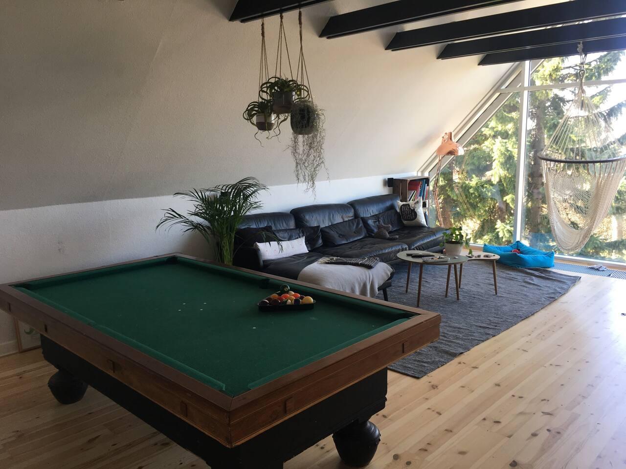 Stue med pool/billiard bord og bordfodbold er også i stuen
