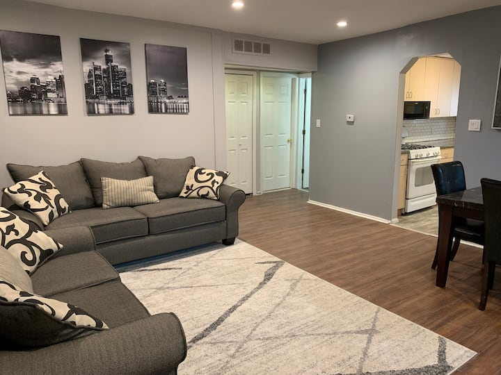 Cozy 2 bedroom minutes from Detroit