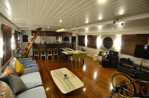 Black Dragon_House Boat