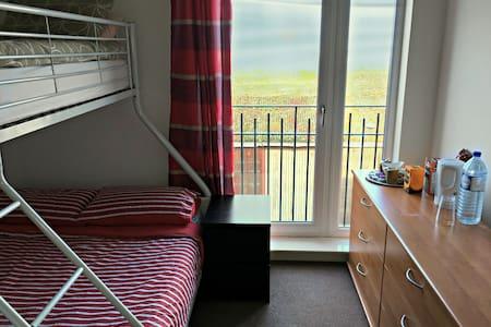 Warm & spacious en-suite room close to city center - Edinburgh - Appartement
