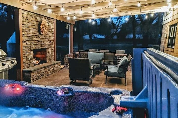 Paradise Place-Spacious home with Hot Tub+Fire Pit