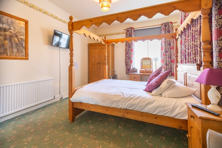 Private King bed ensuite in bed and breakfast
