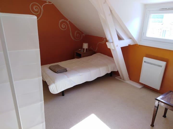 Chambre dans maison de bourg dédiée aux voyageurs