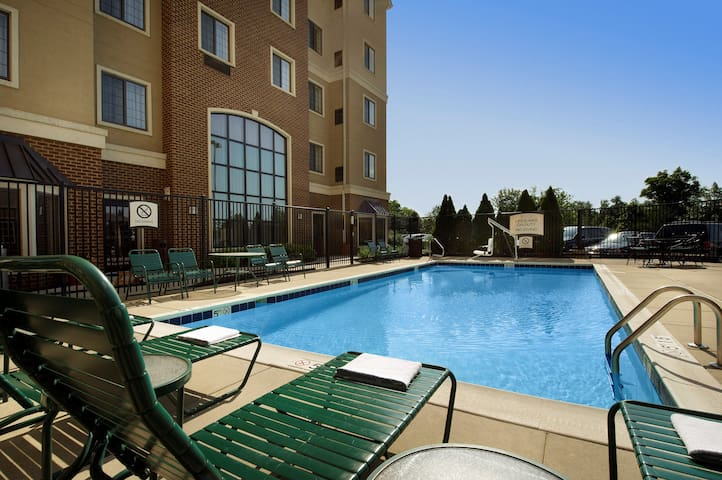 Free Breakfast. Outdoor Pool. Studio Near the BWI Airport!