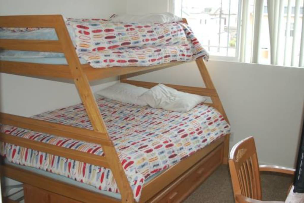 Bunkbed with twin trundle