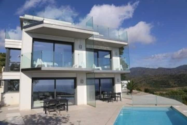 Beautiful house in Grifeu with pool, wifi and parking