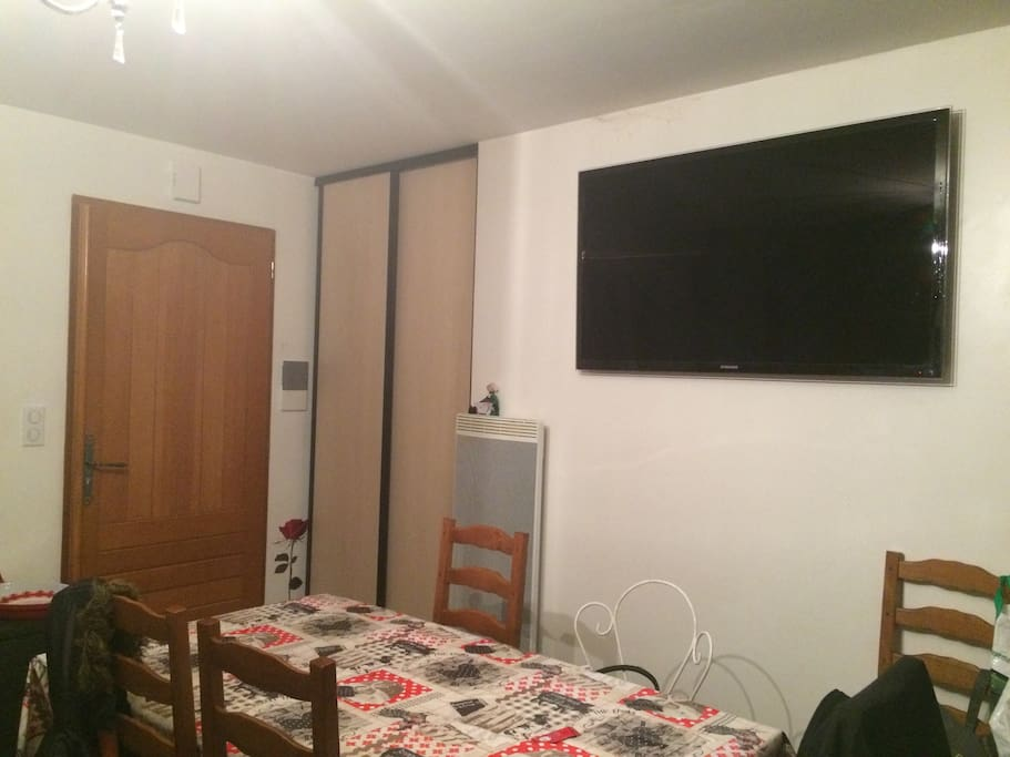 une grande tv écran plat de 140 cm dans le salon salle a manger !