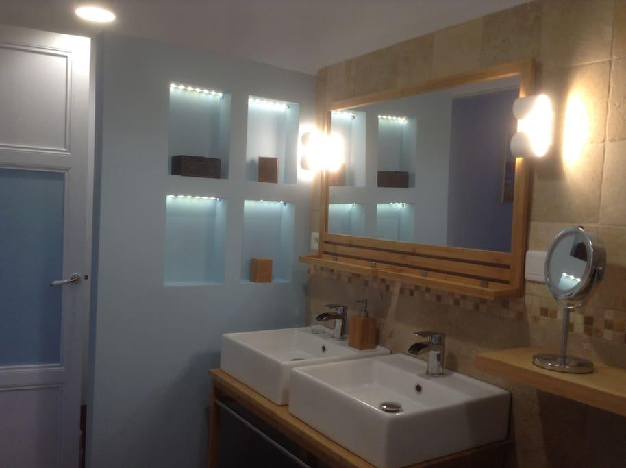 la même salle de bain privée de la chambre bleue