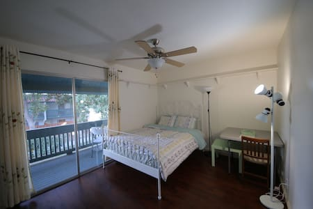 Cozy room in downtown with balcony - Livermore