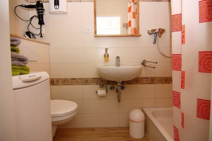 Duschbad mit Waschmaschine. Kostenlose Nutzung