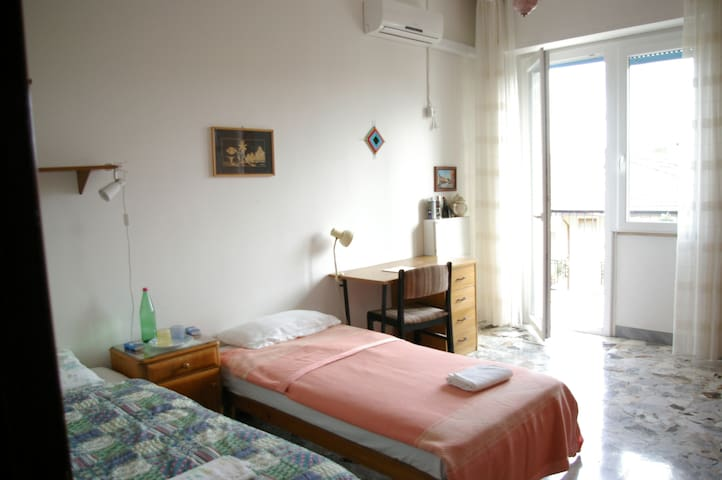 Light and spatious room in flat near to the centre - Lanciano - Lägenhet