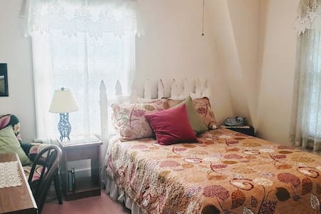 Charming Room in Country Club Close to Downtown