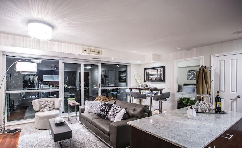 LIBERTY Toronto SKYLINE - 2 Bedroom + Parking - Toronto - Condominium