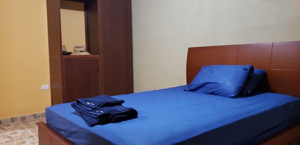 Dormitorio de visitas con cama de dos plazas, cuenta con armario propio.