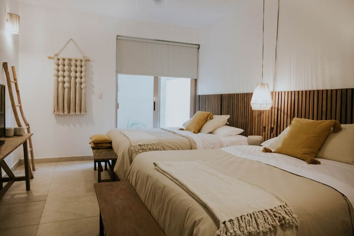 Habitación 1. Dos camas queen size, aire acondicionado, ventilador, TV