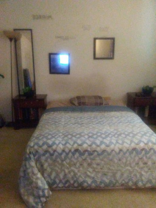 Cozy Large room with huge Bay Window , Cable and WiFi.....Cable Tv and fire stick