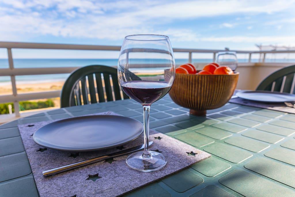 Terraza equipada con mesa y sillas