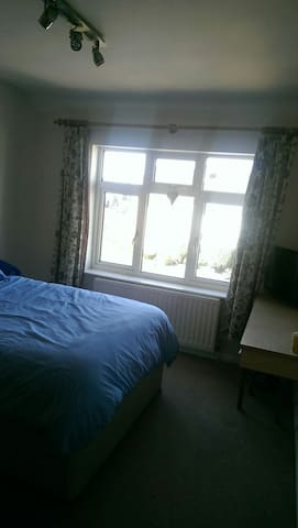 Large cosy double bedroom available - Stourbridge - Rumah