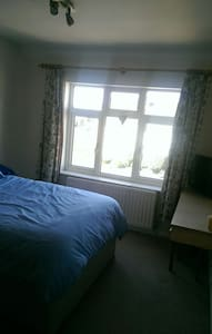 Large cosy double bedroom available - Stourbridge - Дом