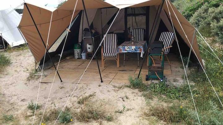 Mijn tent staat in de duinen op een rustige plek.