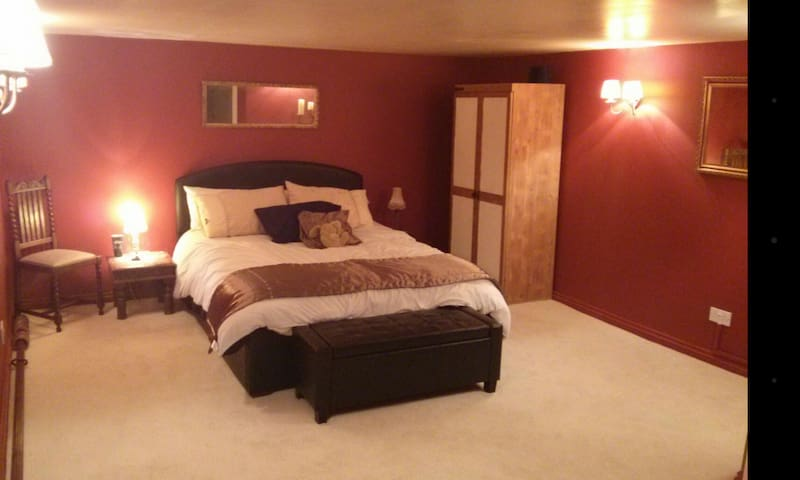 Large room king-size bed with ensuite shower room!
