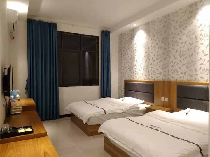 昆明机场免费接送1.5米空调双床房