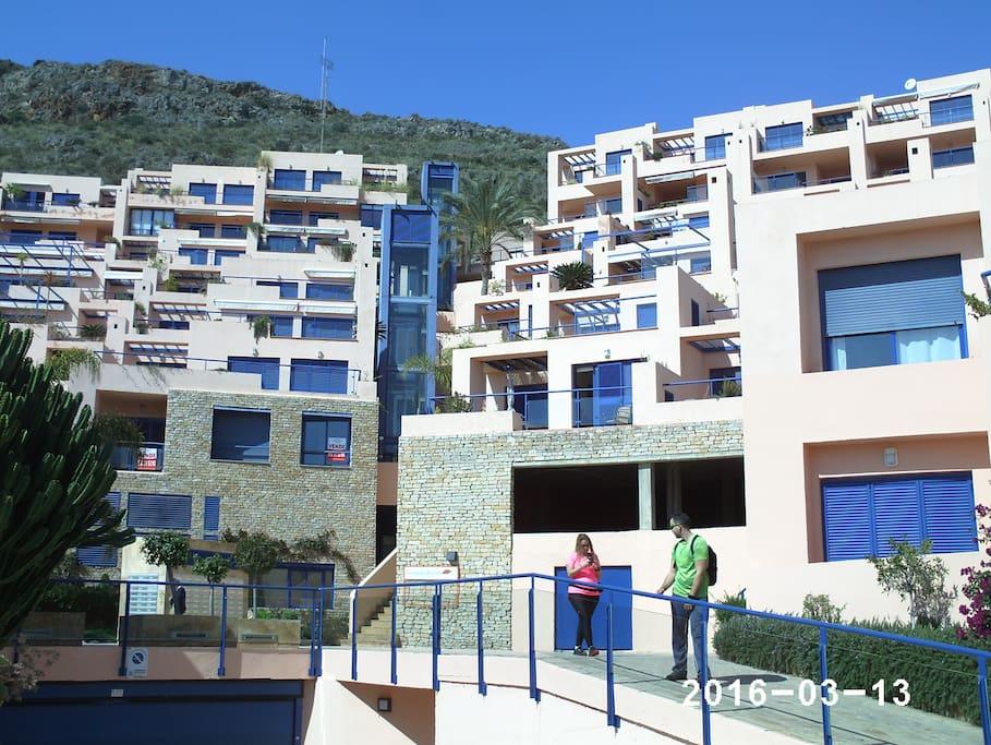 Urbanización con ascensores panorámicos.