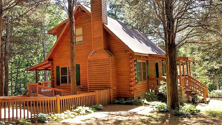 Log Cabin in the woods with fenced yard!