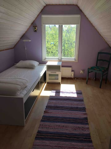 Det syrenlila sovrummet på övervåningen