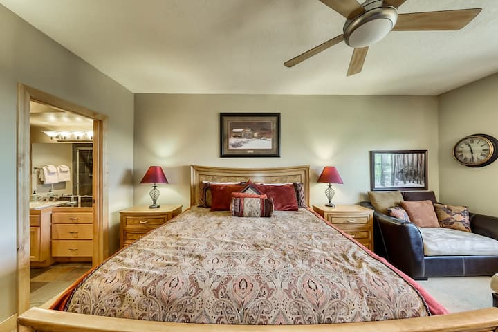 Luxurious Ski Condo with Shared Hot tub, Pool & Sauna, Great Views and Location!