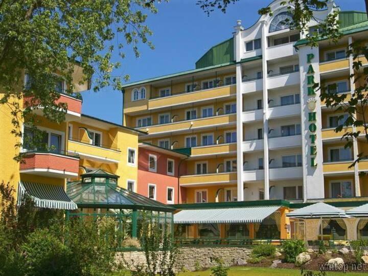 Parkhotel (Bad Füssing), Toskana-Einzelzimmer (30qm) mit Balkon und Liegestuhl