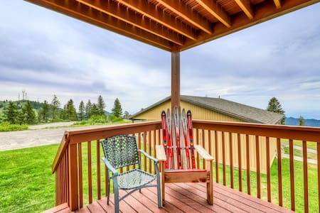 Ski-in/ski-out condo w/ shared hot tub and lovely views of Shaffer Butte!