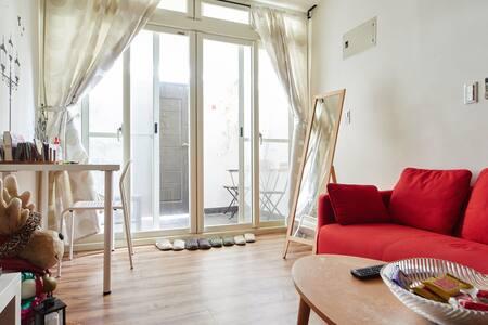 「超讚房東」月租優惠中!特色民宿適合家庭,設施完善近捷運及101,位於一樓方便進出。請先詢問有無空房
