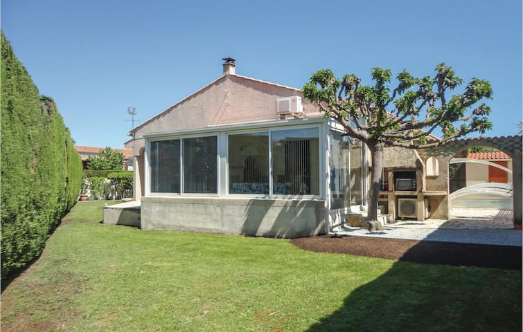 Holiday cottage with 3 bedrooms on 120m² in Colombiers