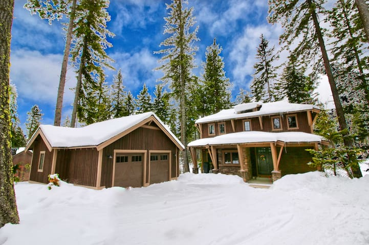 Cedar Crest Lodge-Walk to the Winery! On the Golf Course in Suncadia! Hot Tub | Up to 33% Off!!