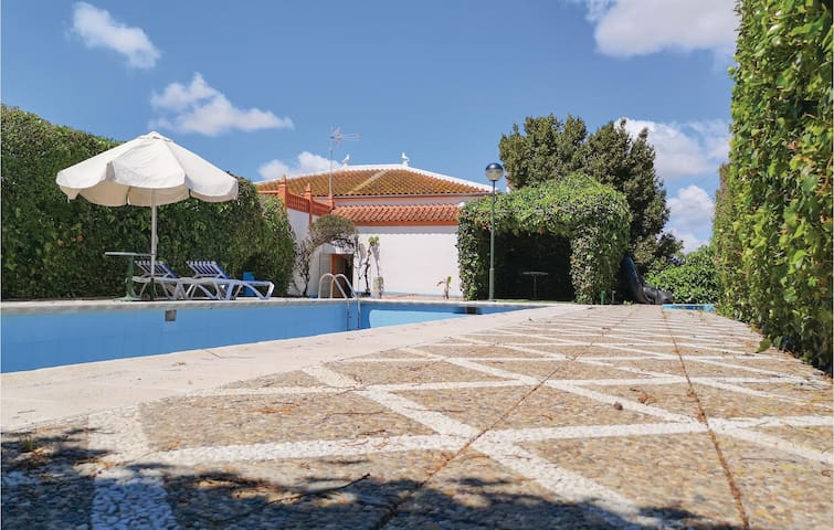 Holiday cottage with 4 bedrooms on 60m² in Olvera