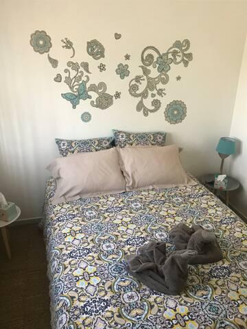 Un lit double un dressing située etage
