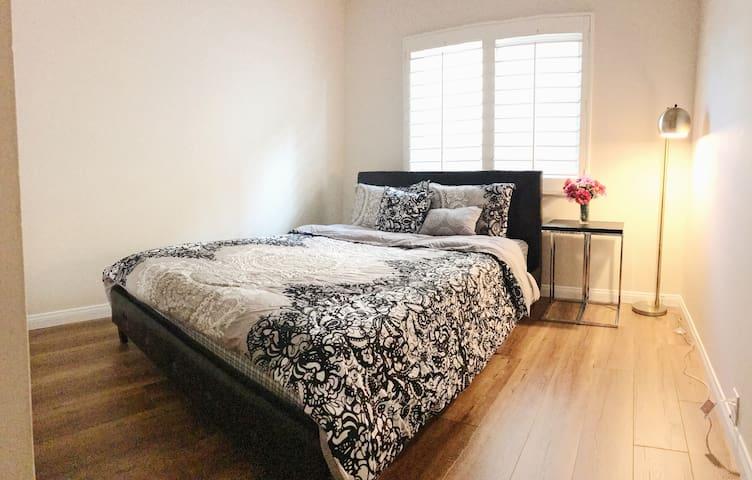 Elegant room in good neighborhood
