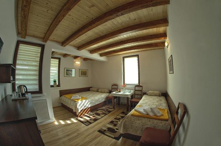 Pokój trójka z balkonem i łazienką