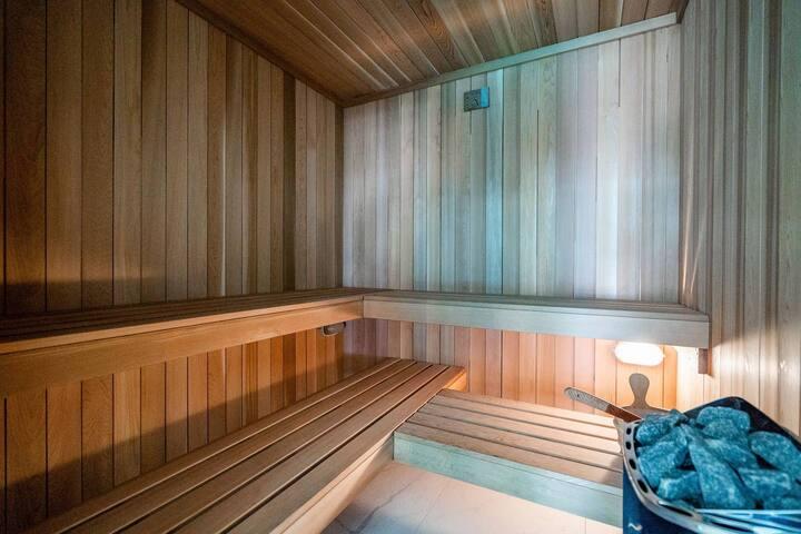 Brand New In CBD! Pool, Sauna, Gym, Netflix TV
