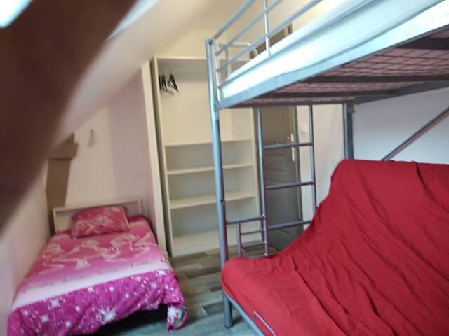 Chambre 3 avec 1 lit superposé (possibilité de transformer le lit inférieur en lit 2 personnes) et un lit enfant