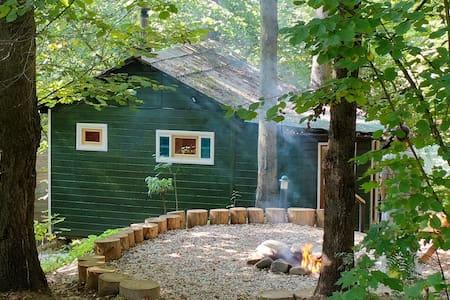 Домик лесника с баней в лесу