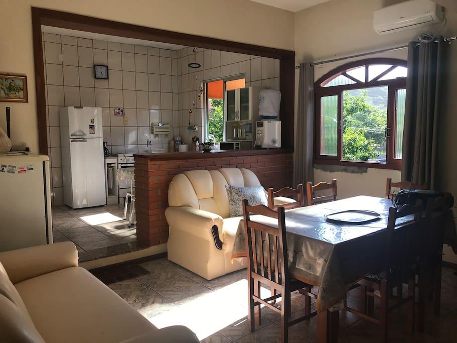 Sala e cozinha.