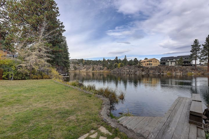 Premium Riverfront Oasis , 3 bed/3bath, fireplace, remodeled kitchen, ping pong