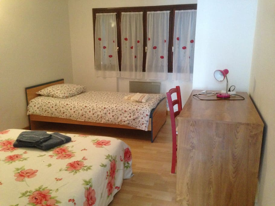 2 chambres 5 personnes 2 km du port maisons de ville louer aytr nouvelle aquitaine france. Black Bedroom Furniture Sets. Home Design Ideas