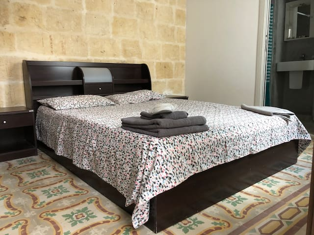 Cospicua 3 Cities 3rd floor room- AC &private bath