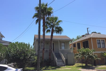 Cozy Old Home near Seawall - Galveston - Rumah