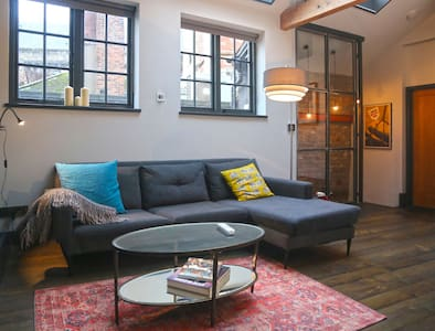 Stylish pad in the heart of Bristol near the water