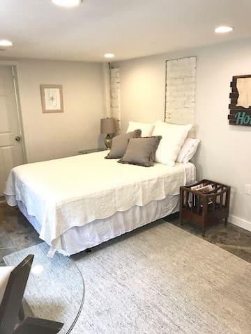 Cozy Renovated Studio + Ace Location