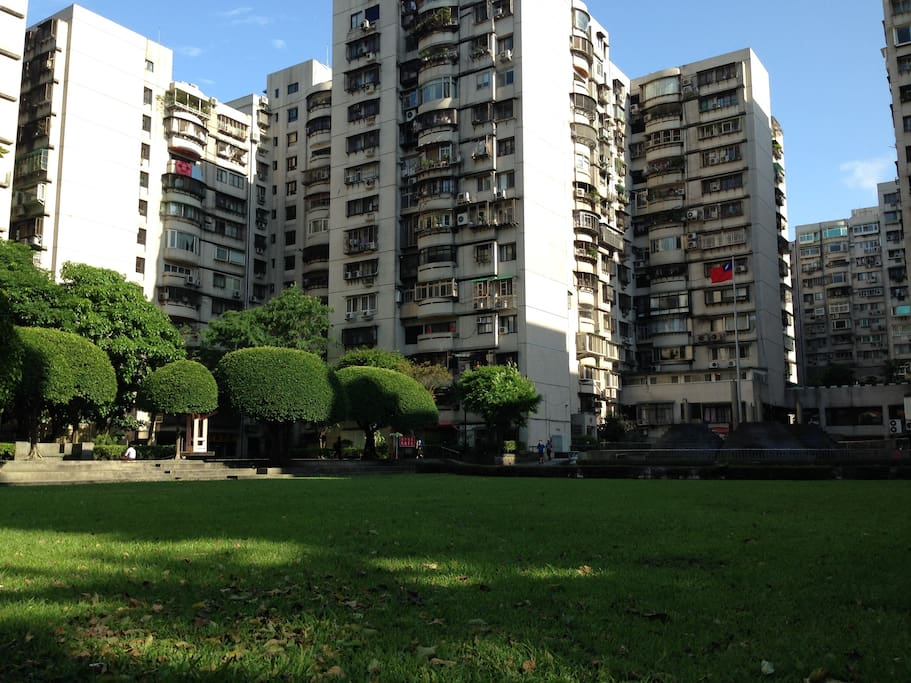 社區廣場有濃濃綠蔭和噴水池